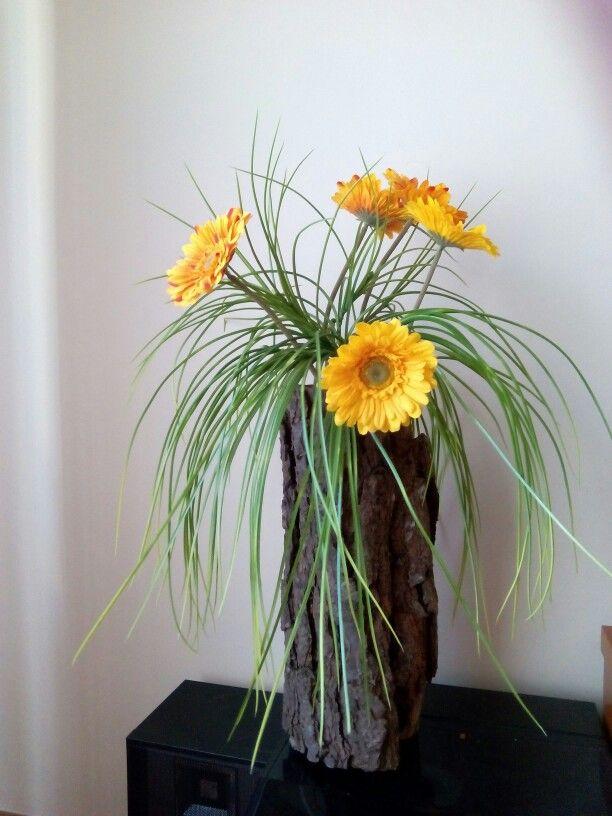 Escorça buida que fa de gerro amb flors