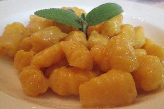 Gli gnocchetti di zucca con burro e salvia sono un primo piatto molto delicato in cui la zucca arricchisce i classici gnocchi di patate. Ecco la ricetta ed alcuni consigli