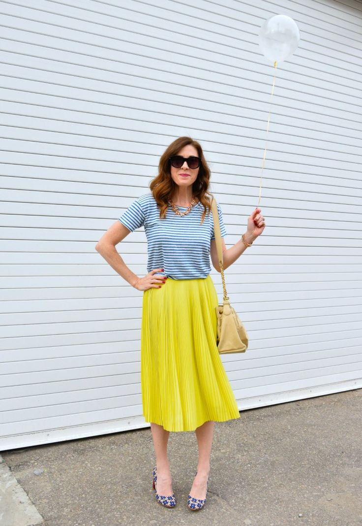 Looking for some of the best color combinations for clothes this spring? Here are 5 color combinations to try that will give your outfit a colorful pop. Click the blog link to read more!