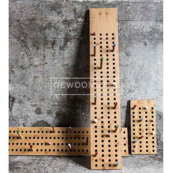 De Horizontale Kapstok van We Do Wood is ontworpen door de Deense ontwerper Sebastian Jørgensen. U kunt uw kleding, handdoeken, jassen en sjaals eenvoudig ophangen aan de intuïtieve kapstok. Door de kleurrijke twaalf pennen in verschillende lengtes kunt u gemakkelijk kleding voor iedereen in de familie ophangen. De kapstok creëert een vrolijke creatieve accessoire voor in de hal of in de keuken. | Gewoonstijl | www.gewoonstijl.nl