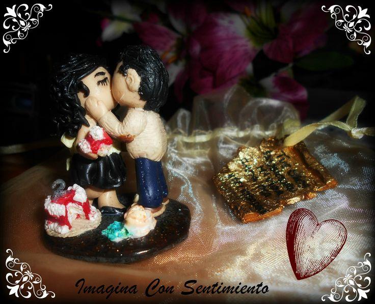 Encargo para una #pareja en su segundo #aniversario. Y a ti te gustaría #sorprender a tu pareja en vuestro aniversario?? Anímate y sorprendela de una manera #personalizada, #única y #económica!! Yo estoy a vuestra disposición para convertir vuestros sentimientos en un hermoso #regalo!! #arcillapolimerica #polimerclay #fimo #figura #personalizado #wedding #barato #imaginaconsentimiento #beso #economico #amor #love #novio #novia