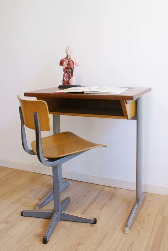 Cool vintage hout/metalen bureau met schoolstoel. Industriële lessenaar met stoel