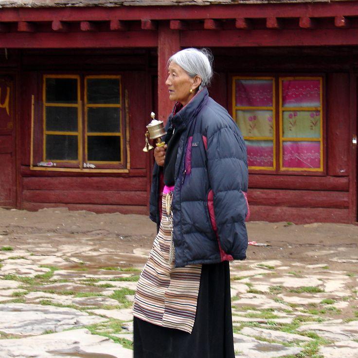 Besucherin mit Gebetsmühle im buddh. Kloster Litang, Ost-Tibet