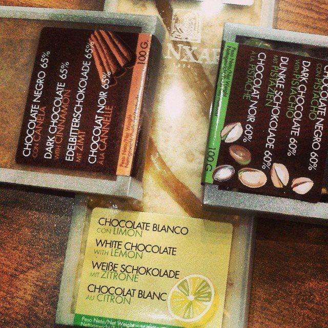 Chocolate negro con canela, chocolate blanco con limón, chocolate negro con pistachos... Un auténtico placer!!