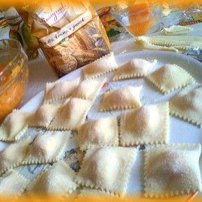 I ravioli ripieni si salsiccia e patate si funghi, sono semplici da realizzare ma d'effetto. Sono sicura che farete un figurone se li proporrete ai vostri ospiti!