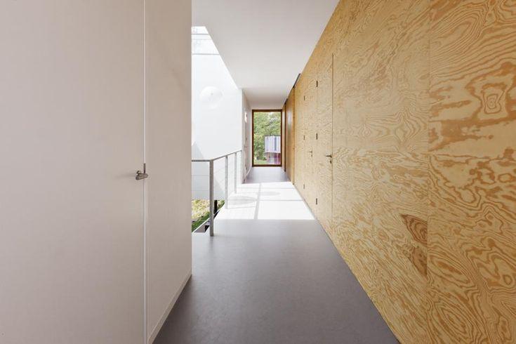 """FINITURE MINIMAL Ai pannelli in legno di pino, che costituiscono la maggior parte dei rivestimenti a parete, sono abbinati pavimenti in cemento levigato, sia nella zona giorno che nella zona notte. """"Una palette monocromatica è una soluzione molto frequente nel nostr"""