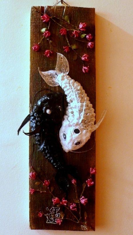 Çam kozalağı,tüy ve ağaç dalından ying-yang koi balığı tablosu