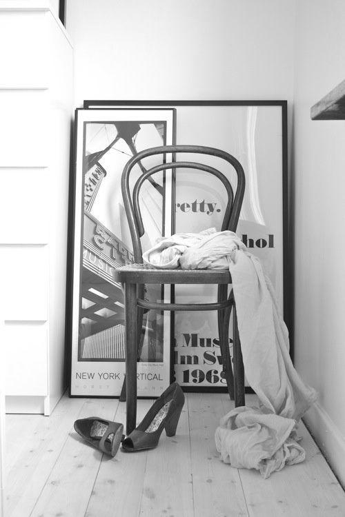 Merk: Thonet  Model: Stoel 214  Design: Marcel Breuer  Kleur: Donkerbruin gebeitst met blank rieten zitting  Status: Nieuw  Voorraad: 4 stuks  Het Design Entrepot prijs € 430,- p./St.  •Website: http://hetdesignentrepot.wordpress.com •Bel+316 22999488 •Mail: hetdesignentrepot@hotmail.com