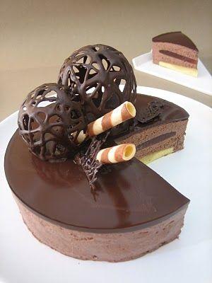 cocino y disfruto: CUMPLEBLOG! TARTA MOUSSE DE CHOCOLATE Y AVELLANA CON SORPRESA DE FRESA