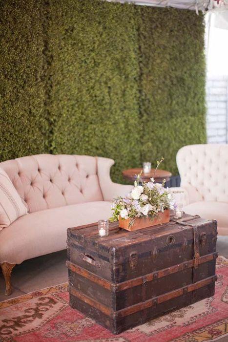 O sofá e a poltrona garantem conforto. A mesa é perfeita para apoiar sua bebida. Vale apostar também em um apoio de pés.
