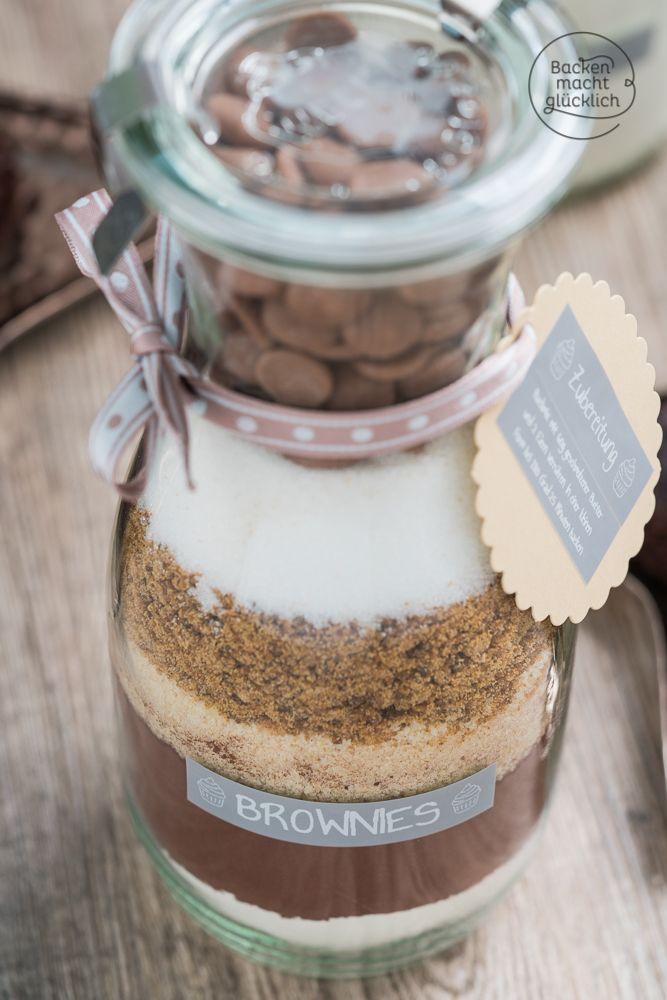 Backmischung im Glas für Brownies - ein tolles Geschenk aus der Küche, schnell und einfach gemacht. Die Brownies werden schön feucht und superschokoladig. | Backen macht glücklich