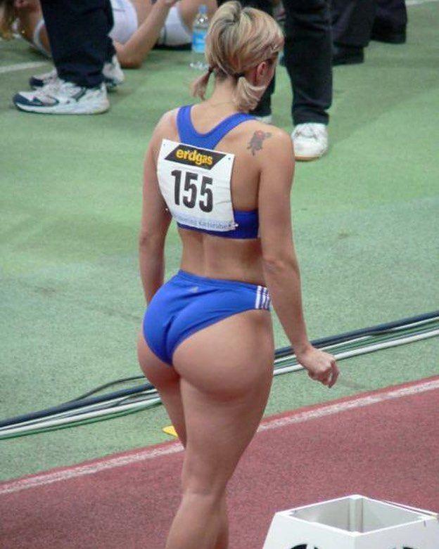 конечно то,чтобы крепкие жопы спортсменок было больновато
