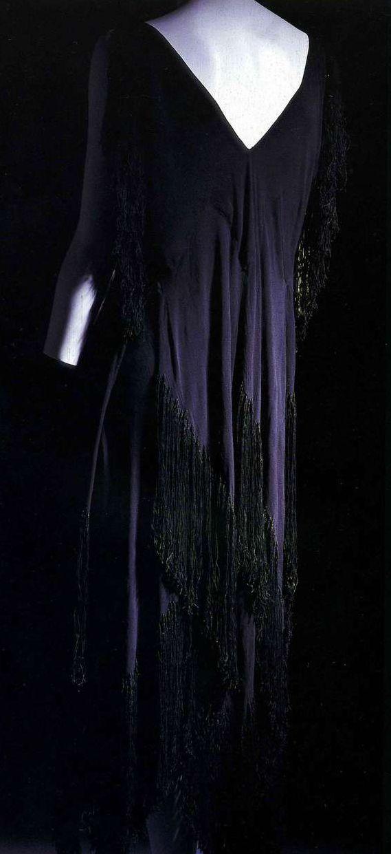Платье. Мадлен Вионне, 1921. Черный шелковый жоржет, диагональный крой, бахрома из шелковых нитей вдоль рукавов и на юбке.