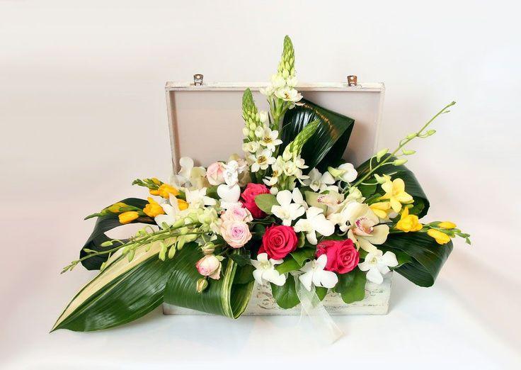 """Сказочная композиция с розами и орхидеями с доставкой по Москве. Ателье цветов и декора """"Нескучный сад"""""""