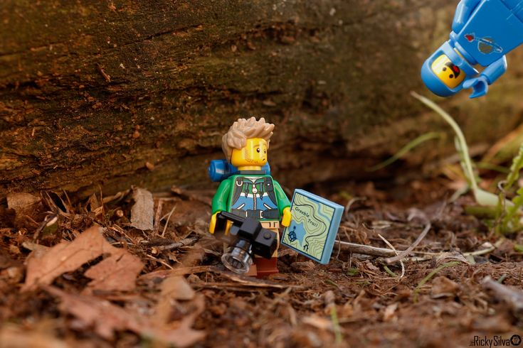 https://flic.kr/p/21MDnab | [Real World] (43) The Hiker & Benny  #Canon #Comunidade 0937 #Photography #LegoPhotography #LegoMinifig #Lego #Minifig #Minifigures #Legos #PhotographyLego