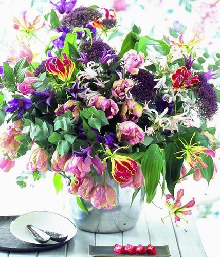 Farbenfroh und heiter, erfreut dieser schöne Blumenstrauß aus Clematis, Tulpe und Ruhmeskrone nicht nur in der Karnevalszeit.