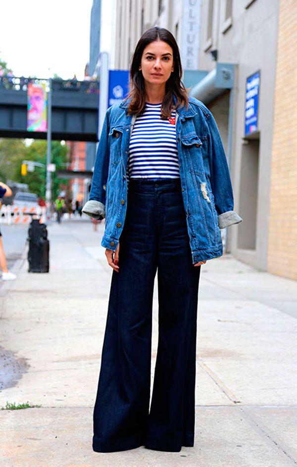Street style look jaqueta jeans, blusa listrada e calça pantalona.