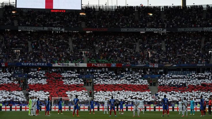 MATCHES AMICAUX - Le stade de France, plus que jamais paré de bleu, blanc, et de rouge pour la réception de l'Angleterre, a rendu hommage aux victimes des attentats de Londres et Manchester, mardi soir juste avant le début de la rencontre amicale entre les Bleus et les Anglais.