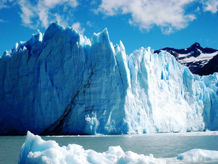 El Calafate - Perito Moreno: Escursione di giornata intera per visitare il più famoso e spettacolare ghiacciaio andino: il Perito Moreno. Dalle passerelle si può apprezzare una visione completa del Campo di ghiaccio Sud, che da origine al ghiacciaio fino ad una panoramica totale del suo fronte. Questa emozionante escursioni e tante altri suggerimenti per disegnare il tuo viaggio in Patagonia. Per informazioni booking@banfieldtravel.com
