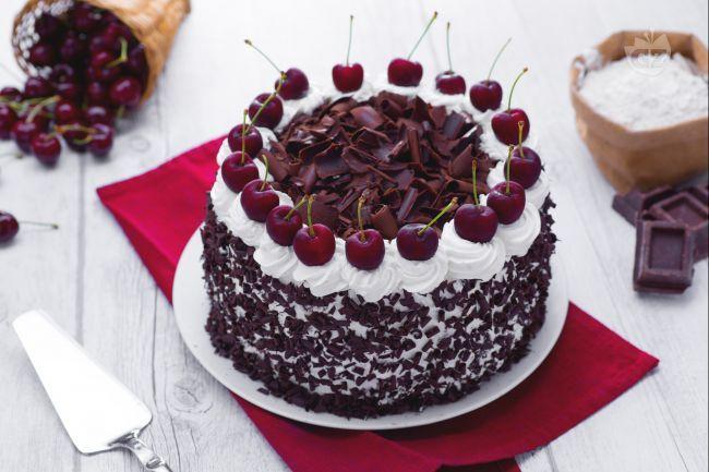 La torta foresta nera è un dolce goloso originario della Germania. Preparata con pan di spagna al cioccolato e farcita con morbida crema e ciliegie.