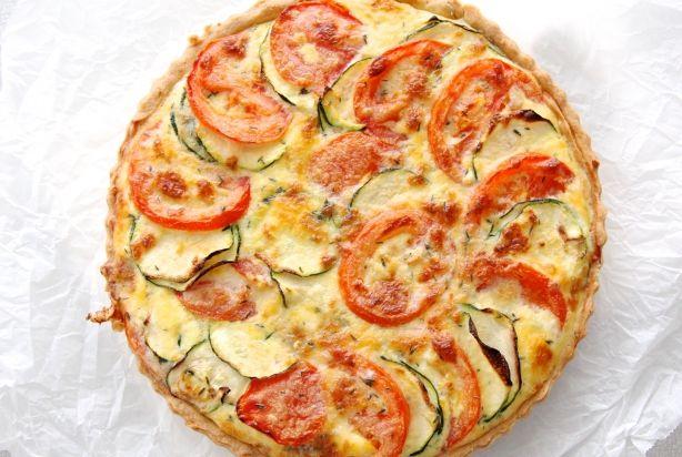 Geitenkaasquiche met courgette en tomaat