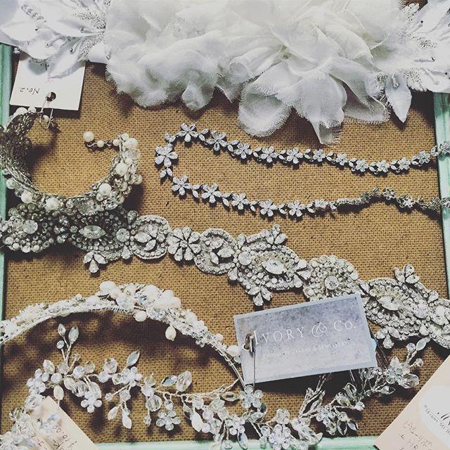 VERA WANGのドレスを直営店で購入された花嫁様の小物合わせ。 挙式、披露宴、二次会とたくさんのアイテムをお選びいただきました。  直営店では小物は買取のみということで、マリーミーレジーナに小物レンタルをご希望のお客様が多数お見えになられます。  今はたくさんネットでリーズナブルなウェディング小物が販売されていますが、お安いものだと質はそれなりなのが現実。  確かに素人目には分からないかもしれないけど、見る人が見ればそのクオリティーは一目瞭然です。  せっかくハイクラスのドレスを見にまとうのだから、コーディネートする小物のクオリティーにもこだわりを持ちたい♡  そんな想いを持つ花嫁様に、厳選されたウェディング小物をたくさんご用意しています。  また、お譲りされたドレスのお直しも承っています。 再度お譲りされる方も多いので、手縫いで簡単に元に戻せるように工夫しております。 店頭でドレスを着ながら全体のバランス見ながら小物合わせし、一緒にお直しもできちゃいますよ✌️ お直し、小物のみのお客様はご利用の二ヶ月前からご予約可能になります✨  #小物合わせ #ウェディングドレスお直し…