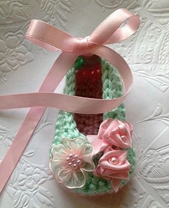 Crochet Baby Booties in Mint Green and by TippyToesBabyDesigns @Af's Collection