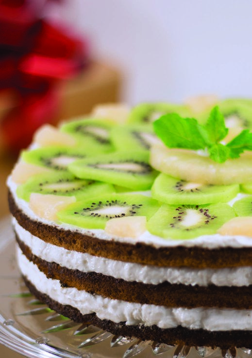 Începe anul cu un desert delicios: tort de ananas și kiwi.  #desert #tort #ananas #kiwi