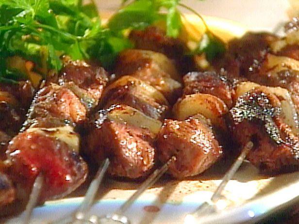 Σουβλάκι αρνιού με σάλτσα κόκκινης και κίτρινης πιπεριάς