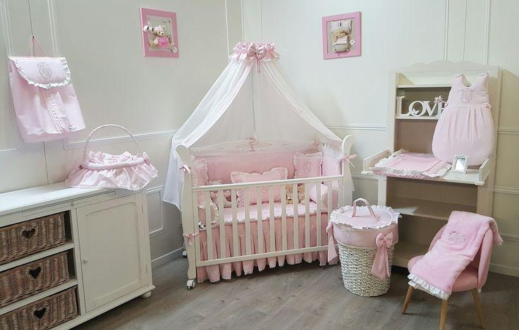 Trousseau de bébé collection Médaillon couture Toute en rose poudré et la broderie en taupe Finition dentelle composé d'un ensemble linge de lit avec ciel de lit, Gigoteuse 0-6mois, panier de produit de soin, corbeille à linge, couverture de naissance, range couche et un matelas à langer. Création Cocon d'amour #baby #linge #couffin #berceau #madeinfrance #babyroom #decorations #chambrebebe #pregnant #pregnancy #naissance #cocondamour