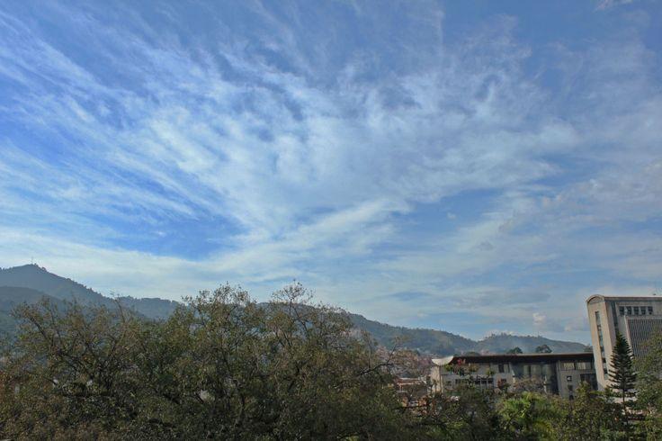 Foto con dos iconos de nuestro municipio: Pico Manzanillo y el CAMI, con un hermoso cielo de atardecer.