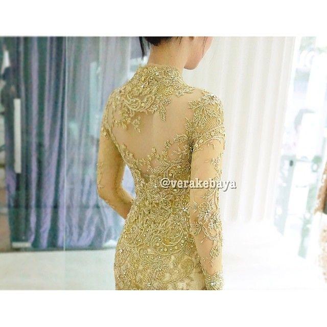 Fitting ...  #kebaya #pengantin #perkawinan #resepsi #weddingdress #fashionwedding #bride #weddinginspiration #lace #beads #swarovskicrystals #verakebaya ❤️❤️❤️