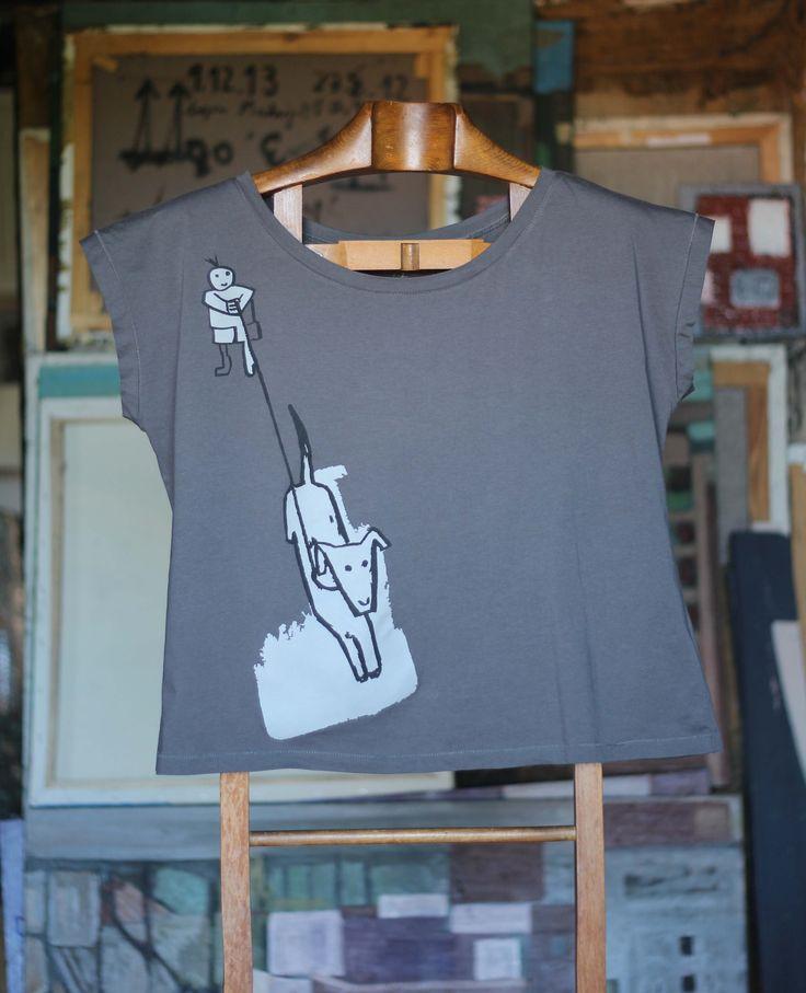 Niño pasea perro antracita Camiseta de corte muy amplio, 100% algodón orgánico. 30,00€