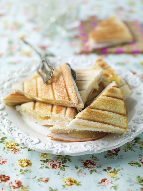 1. Snij de korsten van het brood en de kaas. 2. Laat de ananas uitlekken op keukenpapier. 3. Leg op 4 sneden brood een snee kipfilet, een ananasschijf en een plak kaas. Dek af met de rest van het brood. 4.