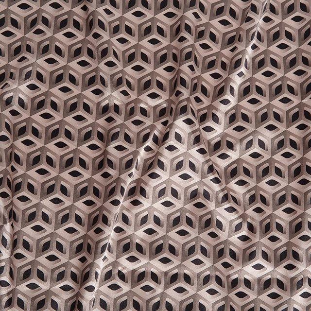 Otro de nuestros forros con motivos geométricos 💛 ¿Qué os parece? A nosotros nos encanta!⠀  #peleteriagabriel #peleteriaamedida #arreglosdepeleteria #forros #altapeleteria #estampados #peleteria #zaragoza