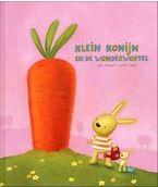 Prentenboek - Klein Konijn en zijn vriendje doen mee aan de jaarlijkse wedstrijd voor het groentefeest. Prentenboek met zachtgekleurde illustraties en een recept voor groentetaart. Vanaf ca. 4 jaar.