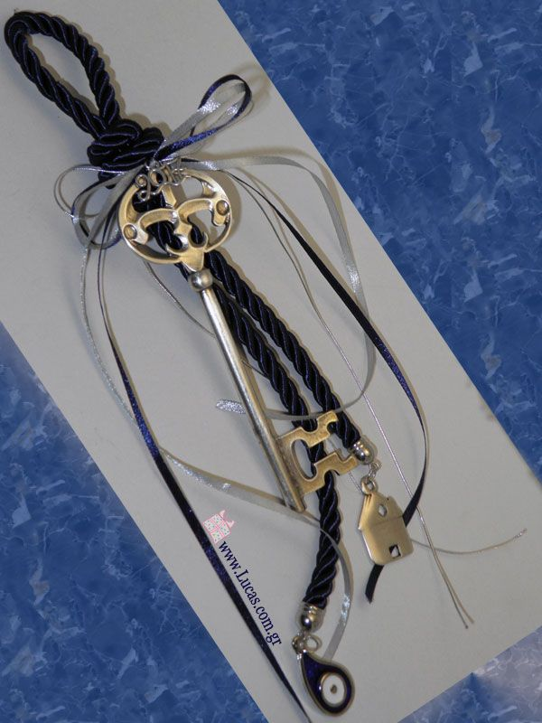 Γούρια 2017 Μεταλλικό επάργυρο κλειδί σε γούρι για τη νέα χρονιά Metallic silver plated key on a good luck charm for new year