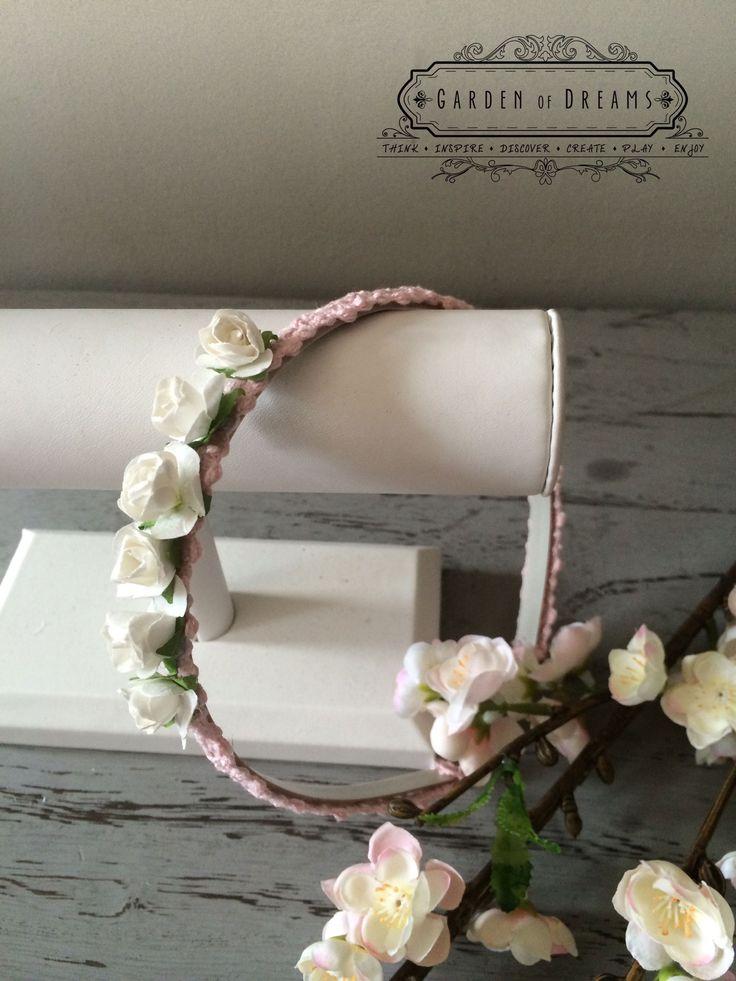 Diadema con puntilla rosa con flores pequeñas blancas #diademas #rosa #encaje #flores #niñas