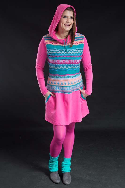 Pink capuchin 131003 Nová kolekce - street clothes Tyto kouzelné a nepřehlédnutelné šaty jsou ušity částečně zbavlněného úpletu a částečně zjiž použitého nádherně barevného úpletu. Oblékají se přes hlavu. Mají větší kapuci a na volánu dvě vsazené kapse. Rukáv je hlavicový. délka - 90 cm, prsa - 50 (2x), pas - 40(2x), rukáv - 62 cm ...