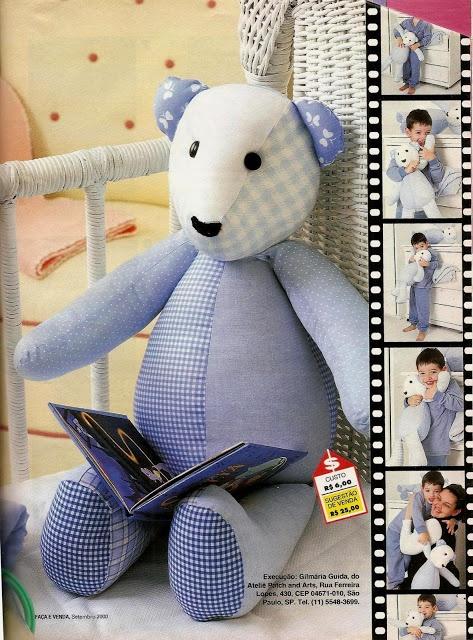 Um ursinho lindo, com passo a passo.  Esse dá prá fazer rapidinho: é só ter sobrinhas de tecido e boa vontade.
