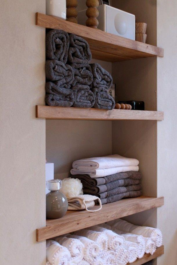 Badkamer: ingebouwde houten planken voor opbergen van handdoeken etc.