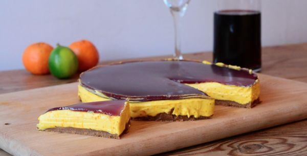 Glögillä kuorrutettu, piparipohjainen sahrami-juustokakku on jouluinen superherkku