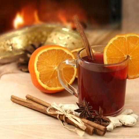 Pomarańcze to świetny dodatek do rozgrzewających zimowych napitków - grzanego wina czy herbaty z goździkami i sokiem lub nalewką malinową