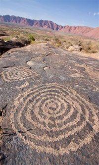 Australie, peintures rupestres ou, comme ici, des gravure sur pierre représentant des spirales