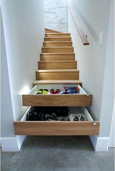 Ruang penyimpanan tersembunyi di bawah tangga.