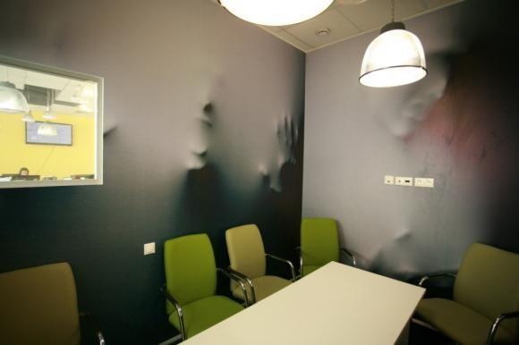 Новые офисы компании Enter Связной. Молодая динамичная компания = яркий необычный дизайн интерьера. Комната для переговоров, архитектура. Офис