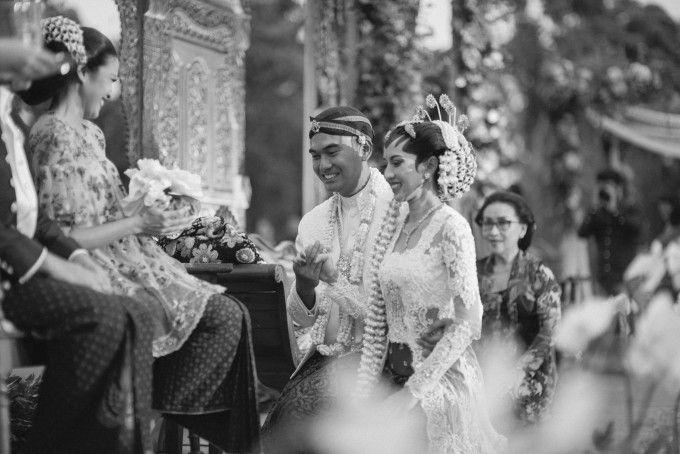 Javanese wedding ceremony | An Eclectic Bohemian Javanese Wedding At Borobudur Temple | http://www.bridestory.com/blog/an-eclectic-bohemian-javanese-wedding-at-borobudur-temple