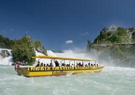 Grösser als der Rheinfall ist kein Wasserfall Europas. Eindrücklich zu spüren bekommt man dies auf der Bootsfahrt durchs Rheinfallbecken, deren Höhepunkt das Besteigen des berühmten Felsens inmitten der tosenden Wassermassen ist.