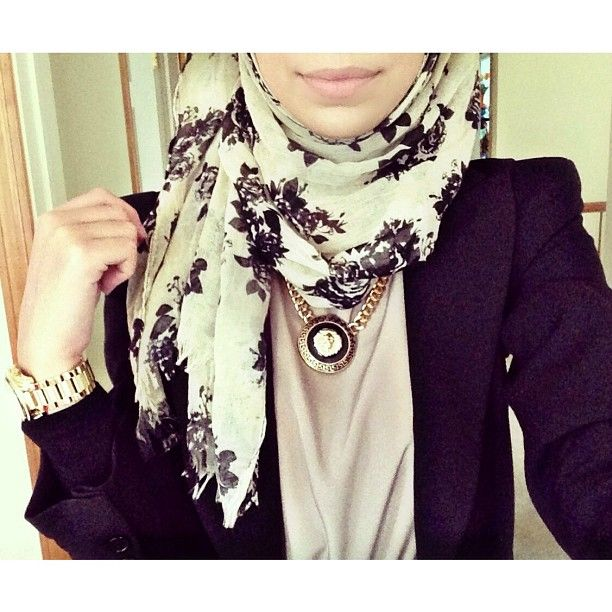 The print on the scarf!! Black and white forever. #hijab