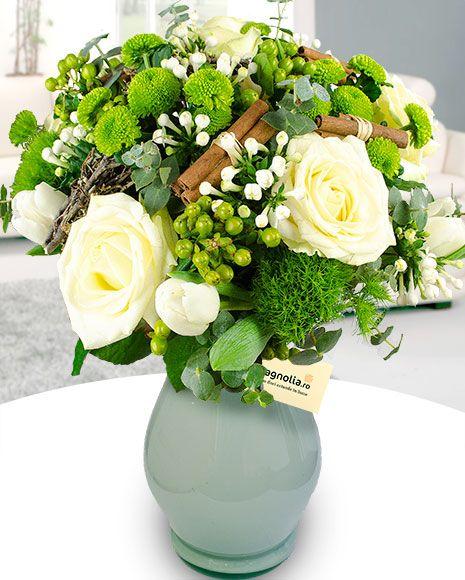 Buchet de iarnă cu trandafiri, lalele, hypericum si scortisoara.   Winter flower bouquet with white roses, chrysanthemums , green hypericum and cinnamon